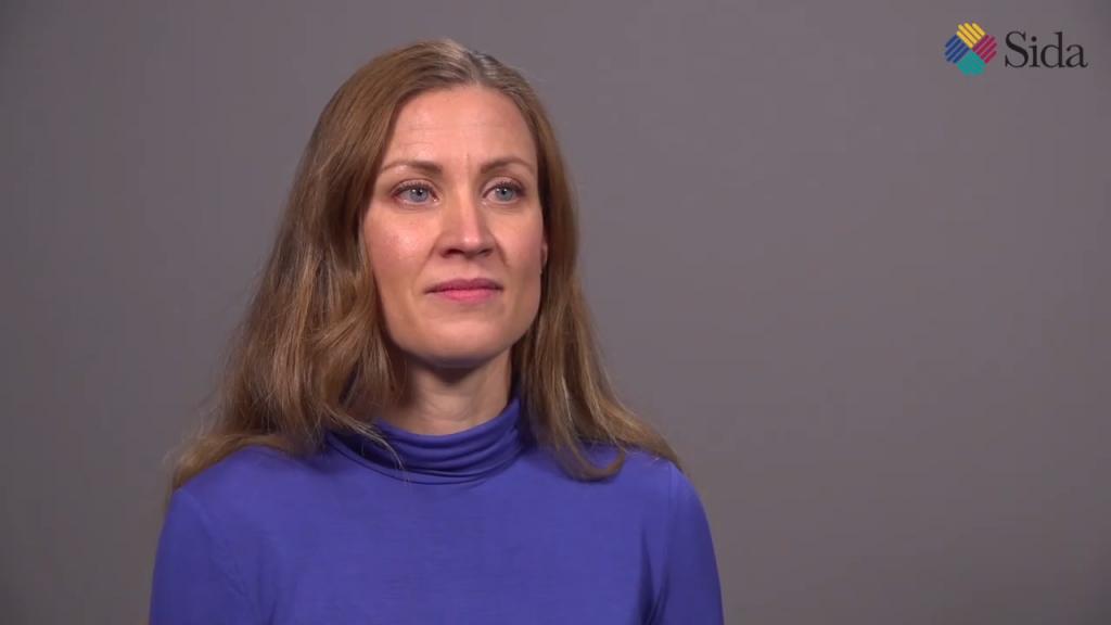 En kvinna framför en grå bakgrund