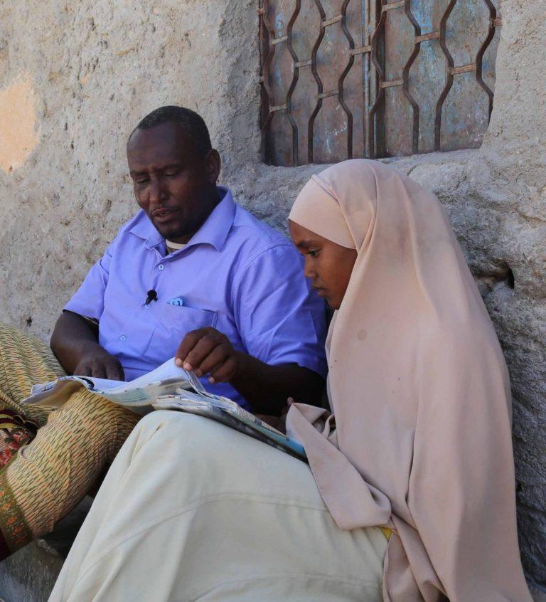 Aden Abdi tillsammans med två av sina döttrar.