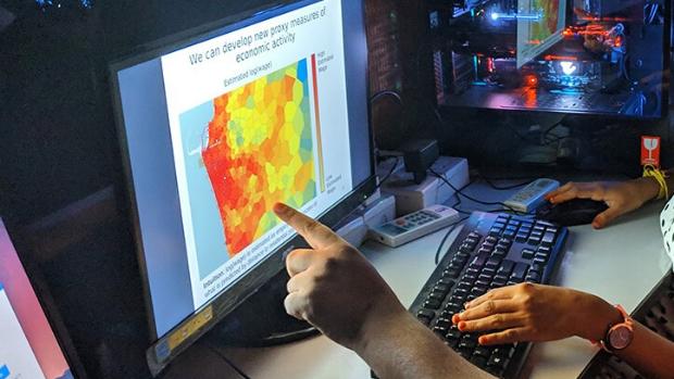 Händer som pekar på en karta på en dataskärm
