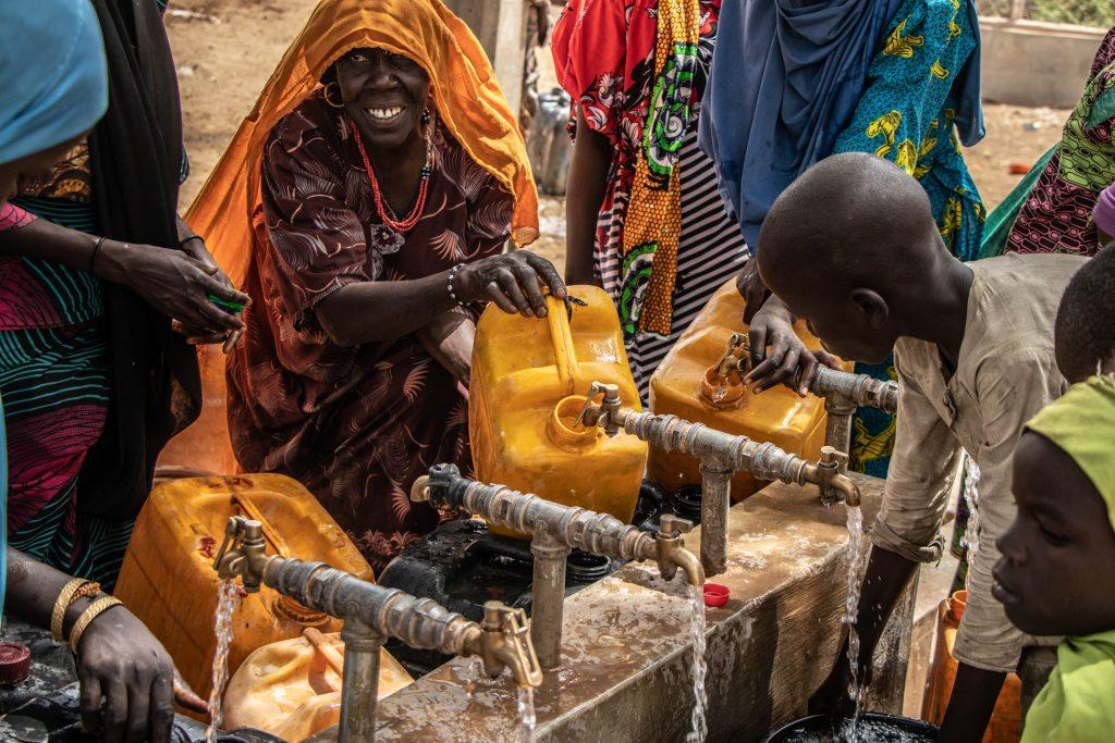 Kvinnor och barn hämtar vatten