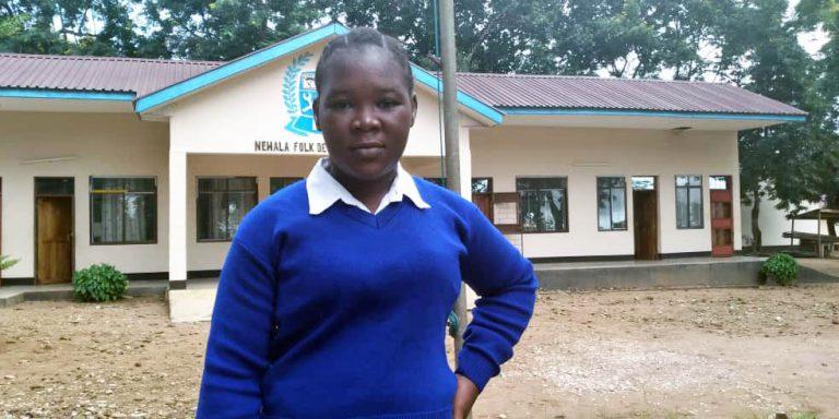 Matrida Milanzi framför sin skola