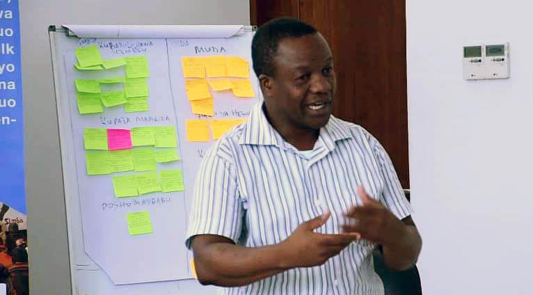 Läraren Geoffrey Nchimbi undervisar
